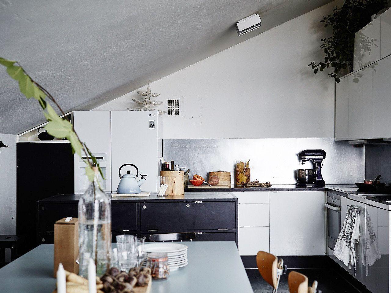 带斜顶阁楼厨房装修效果图片