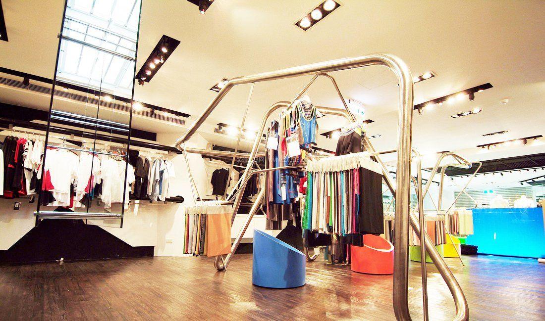 小型服装店风格挂衣架装修效果图片
