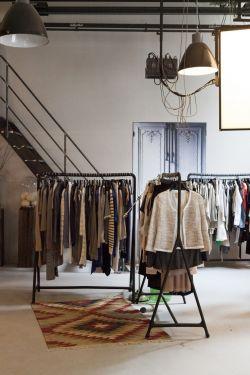 小型服装店货架装修图片