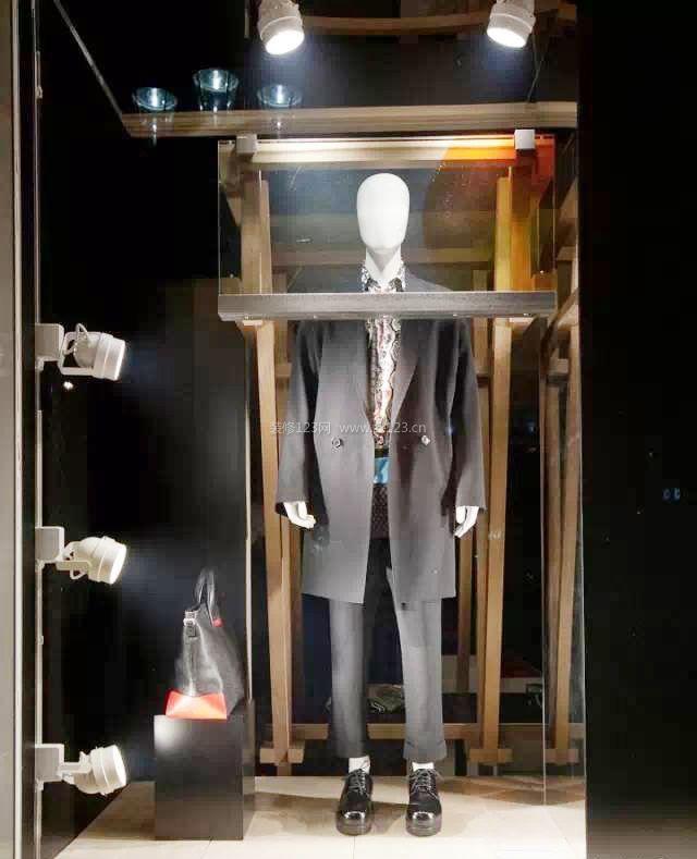 男服装店铺橱窗陈列装修效果图片