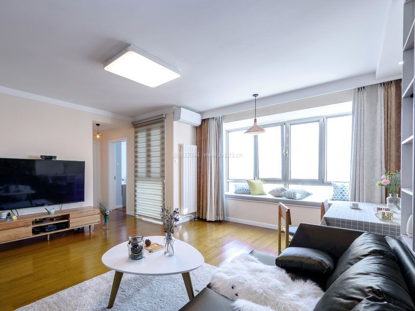 两室一厅房子客厅飘窗装修效果图片