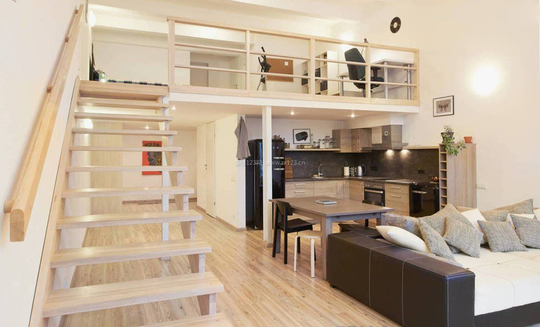 小户型复式样板房木楼梯扶手装修:小户型复式