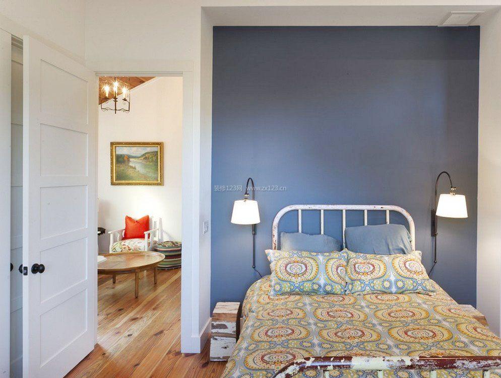 现代简约床头背景蓝色墙面装修效果图片