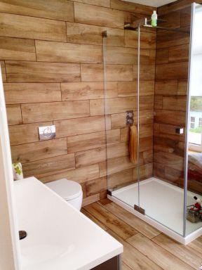 小卫生间淋浴房木纹仿古瓷砖效果图片