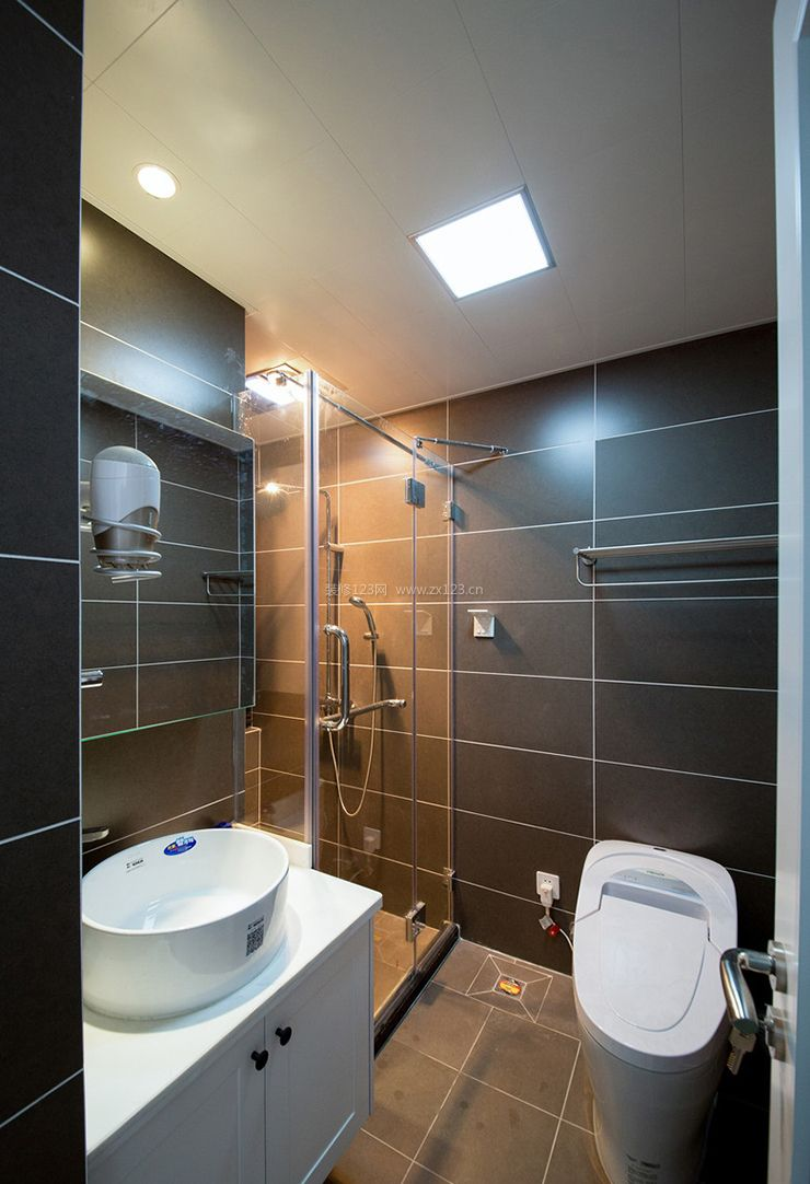 现代北欧风格干湿分离卫生间装修效果图
