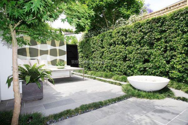 一种是人工垂直绿化,两者最大的区别是自然垂直绿化通常位于室外的