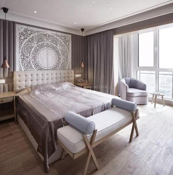 床头的木雕让人感叹,不禁有一种异域风情的味道,精致的造型与