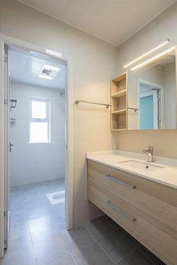 2017现代美式干湿分离卫生间淋浴室装修效果图片