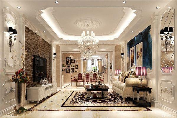 深色的橡木或枫木家具,色彩鲜艳的布艺沙发,都是欧式客厅里的主角.