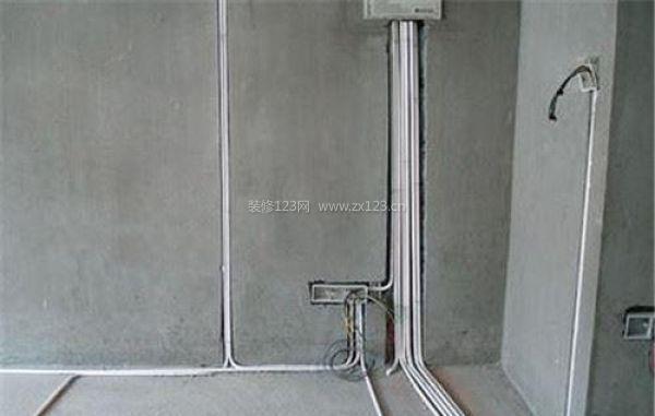 通常装修安装中的水电改造环节均会使用暗线布线,就是将线路埋在墙壁