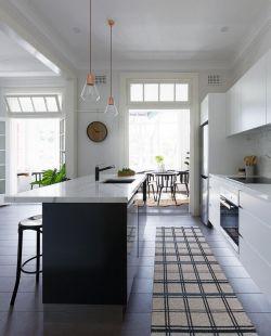 經典廚房中島吊燈裝飾設計圖