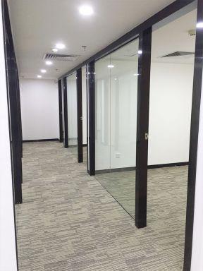 2018小型办公室装修 办公室玻璃隔断墙效果图