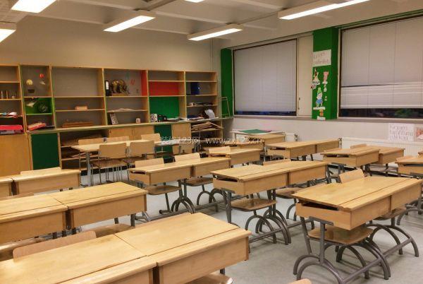 电器开关和插座的时候,选择带有安全盖等保护装置的设备,在每间教室内