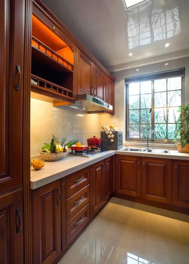 现代中式厨房实木橱柜装修效果图