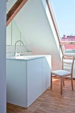 北歐風格斜頂閣樓洗手間天窗設計圖片