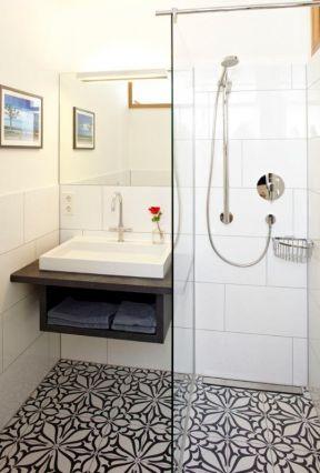 超小浴室玻璃隔断造型装修效果图