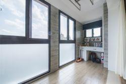溫馨簡潔家庭封閉式陽臺布置搭配圖片