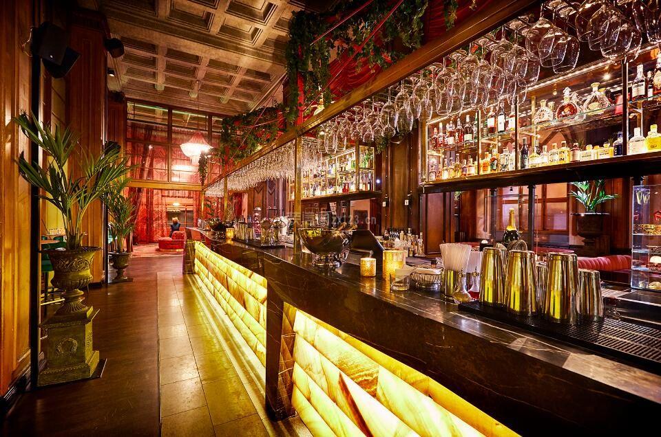 大型酒吧吧台酒架创意装修设计效果图图片
