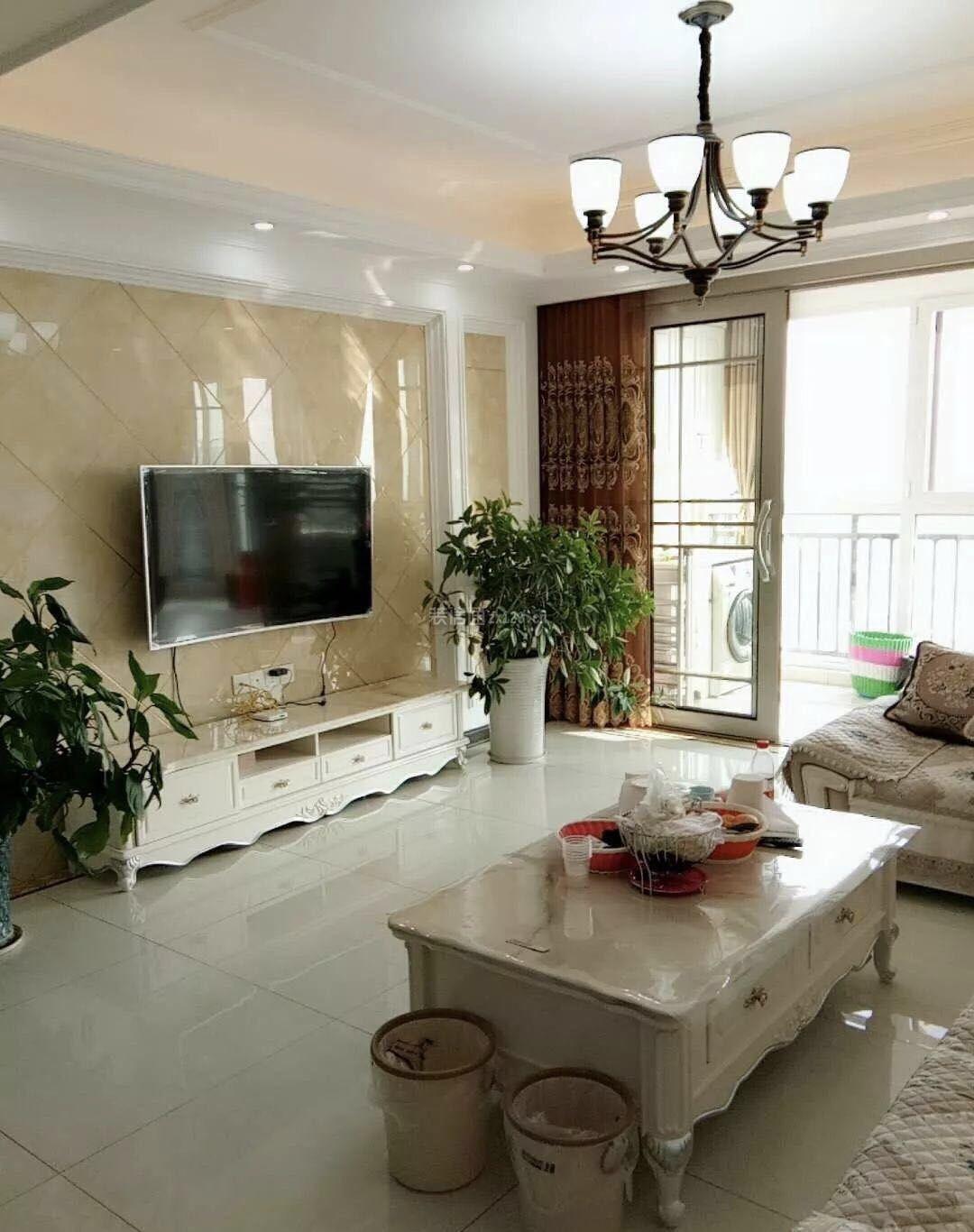 2018现代简约97平米二居室客厅电视墙装修实景图