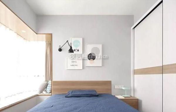 卧室浅浅的灰色墙面,北欧装饰挂画,原木色家具配上一缕暖阳,安闲