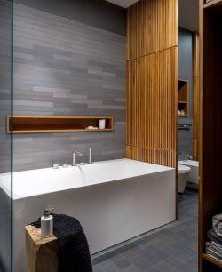 130平方家庭衛生間浴缸木質隔斷裝修設計