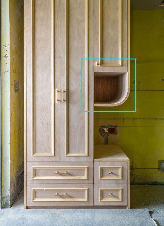 减少了呆板感 柜体都是木工师傅现场打制的,现在还没有刷漆,可能是觉得柜体太过中规中距,又在边角处用木工板拼接出个圆弧,这样一来,整个柜子看起来就没有那么呆板了,整体风格也不会很复杂,还是师傅手艺好。另外家里空间都需要些点缀,别小看了这个小圆角,我们放一些装饰品啥的在这里,立马能给人一种截然不同的感觉。
