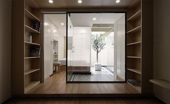 客厅部分的设计效果,深灰色的双人位布艺小沙发,配上一张棕色的长方形